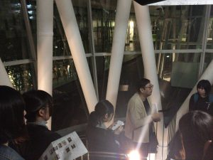 せんだいメディアテークの特徴の一つである構造体のチューブの中で、この公共空間の特性や機能についての講義が行われた。