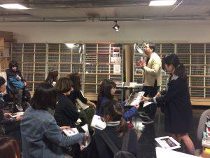 せんだいメディアテーク地階の活版印刷機の部屋で、写真家畠山直哉氏の作品や活動についてのレクチャー。展示方法や展示作業についての話題。