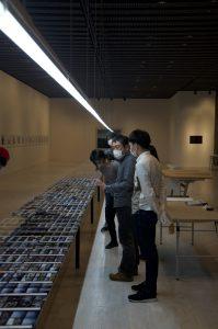 コンタクトシートの配置については、講師の渡邉武海先生から丁寧なインストイラクションがあり、美術品をどのように扱うかの作法を学んでいます。